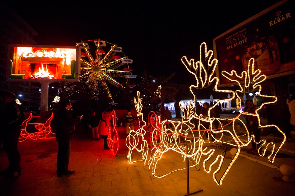 Mrekulli në Krishlindje: Nxënësit e SHIP zbukurojnë Vlorën për festa