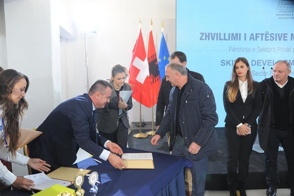 """Biznese lider të hoteleri-turizmit nënshkruajnë marrëveshje bashkëpunimi me shkollën """"Kolin Gjoka"""""""